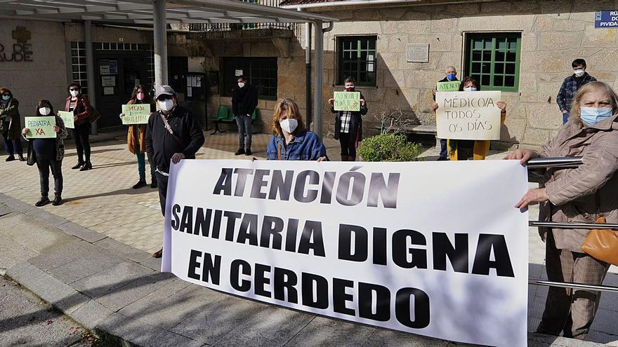 """Vecinos de Cerdedo piden ante el centro de salud una """"atención digna"""" en la localidad"""