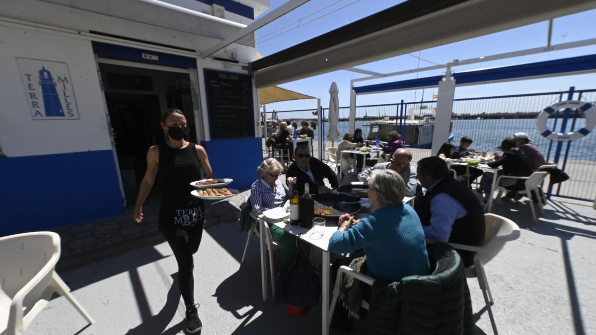Un grupo de cinco personas en el restaurante Terra Milles del Grau de Castelló, este lunes