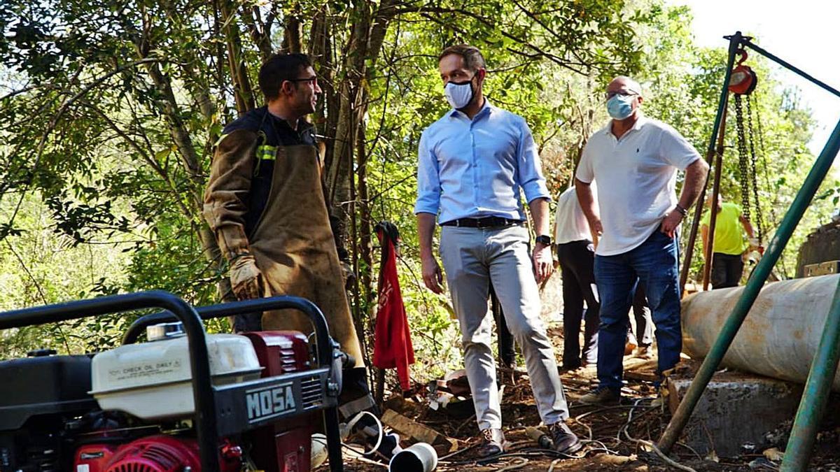 Visita de los responsables del Cabildo de La Palma a una obra hidráulica. | | E.D.