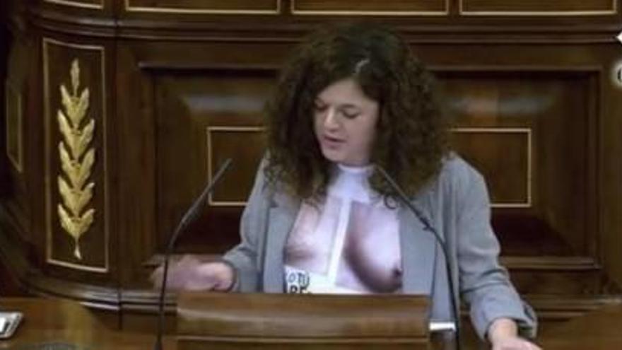 Tensió per la samarreta d'una diputada de Podemos