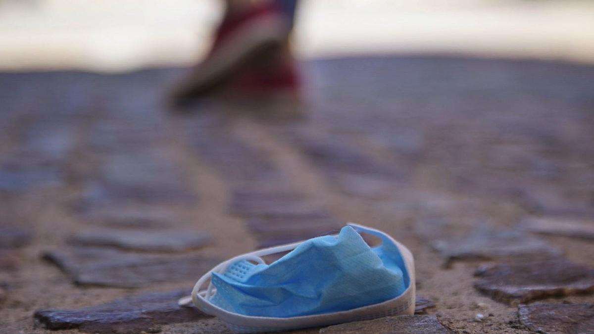 Mascarilla tirada en el suelo en una calle de Zamora. | Jose Luis Fernánez