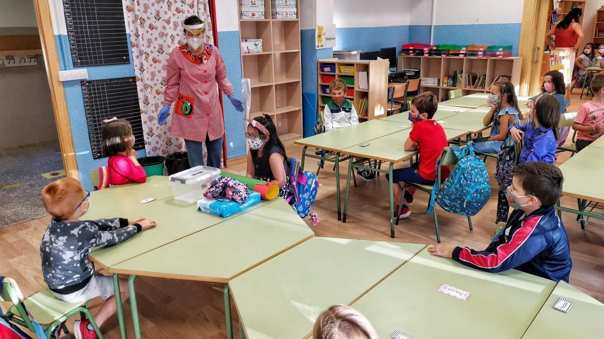 Niños en un aula de A Torre, en Cela (Bueu), en el nuevo curso marcado por el Covid.// Santos Álvarez