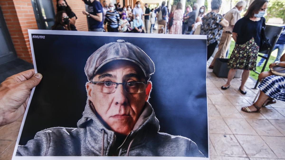 Alfonso Nevado, en una foto en la mano de uno de los asistentes al homenaje del viernes en el tanatorio.
