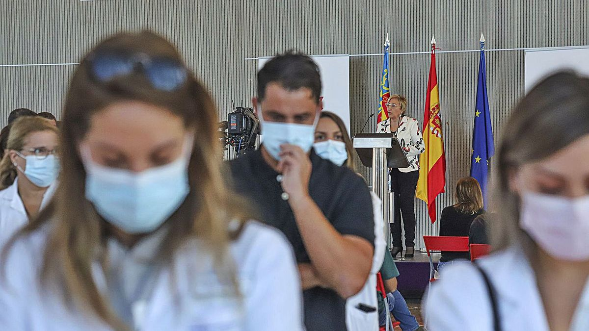 Trabajadores de Torrevieja dándole la espalda a Barceló durante el anuncio de la reversión.