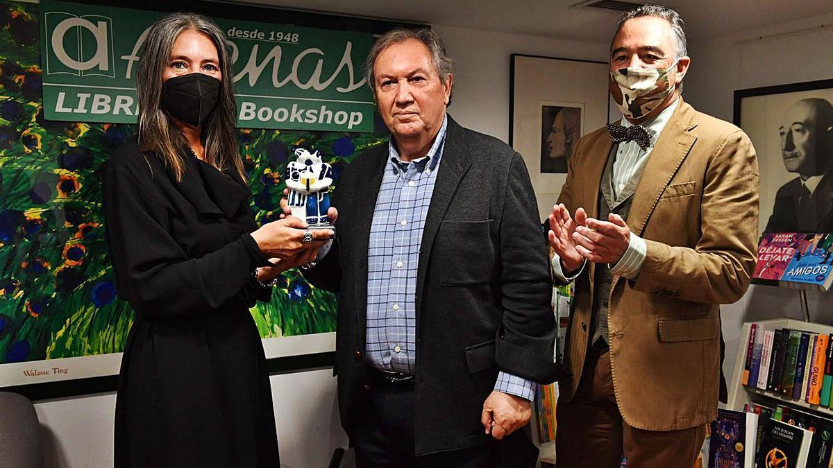 José Manuel Otero Lastres recoge el premio de manos de Elena Galván y Paz Gago. |  // VÍCTOR ECHAVE