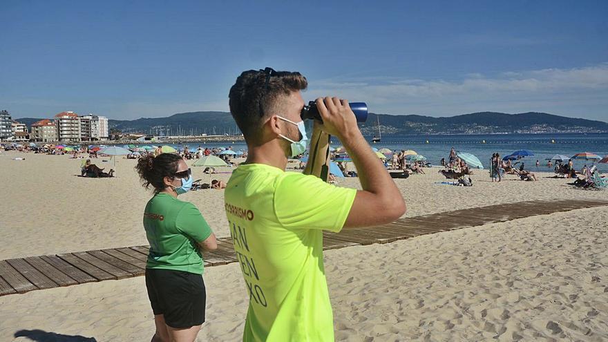 Areas Gordas recupera la bandera azul y Sanxenxo busca nuevos socorristas para las otras tres playas