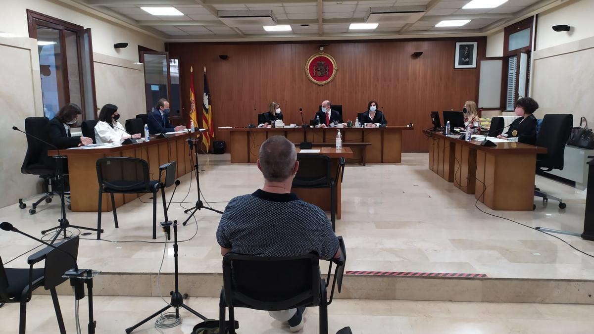 El exprofesor acusado de abusos a diez alumnas, ayer en el juicio en la Audiencia de Palma.