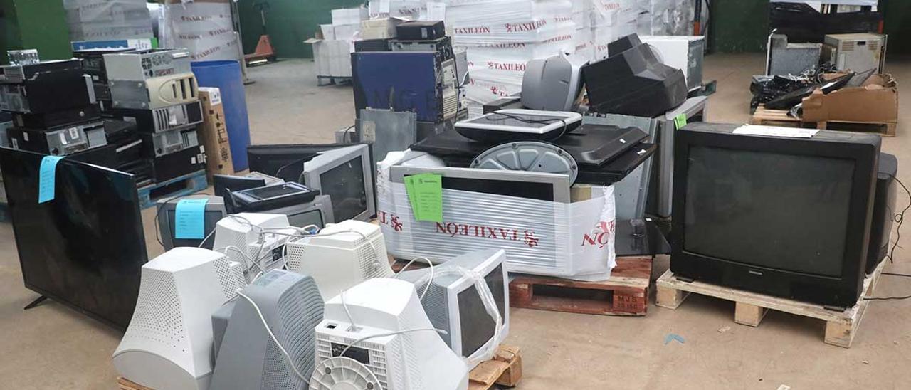 Almacén de una empresa gestora de residuos electrónicos en Santiago.