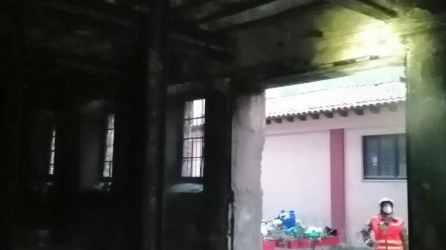 Un foc crema una nau abandonada a prop de l'estació de Renfe de Manresa