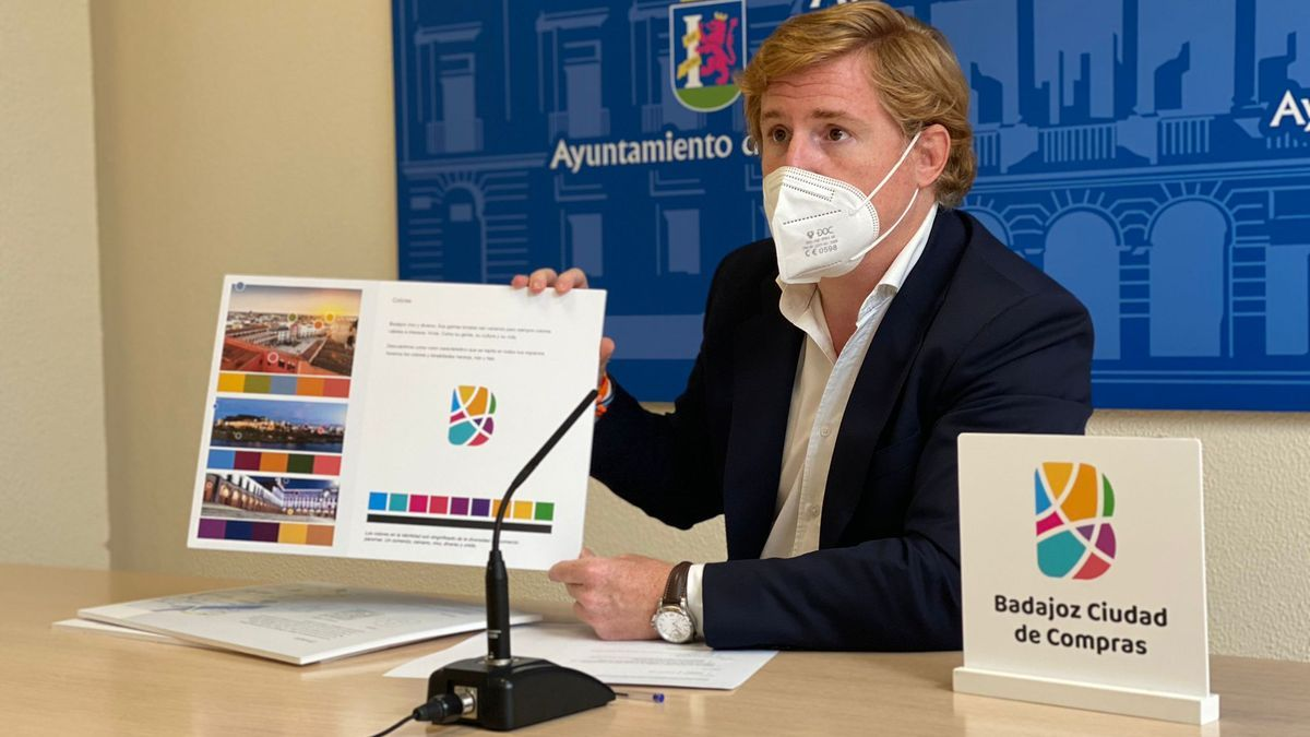 Ignacio Gragera, ayer, con las nuevas imágenes corporativas.
