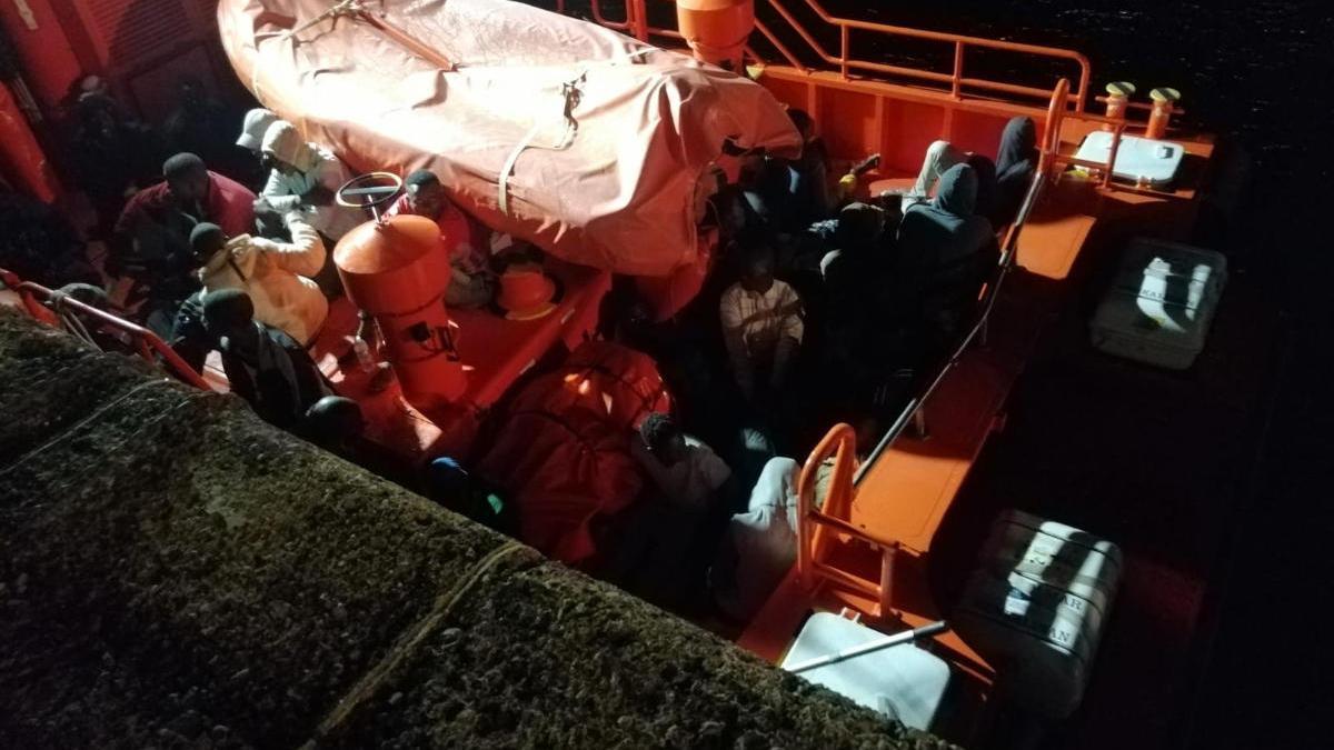 Trasladan una patera con 53 ocupantes al muelle de Arguineguín