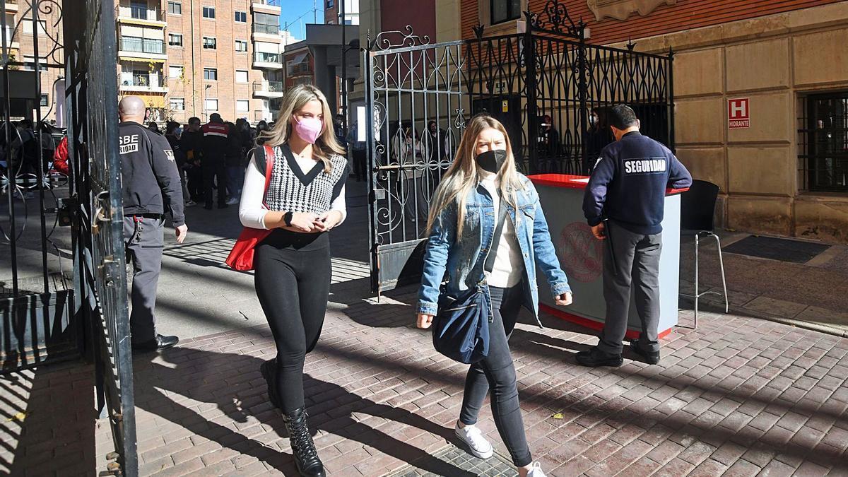 Dos estudiantes entran al  campus de La Merced de la  UMU, en Murcia.  israel sánchez