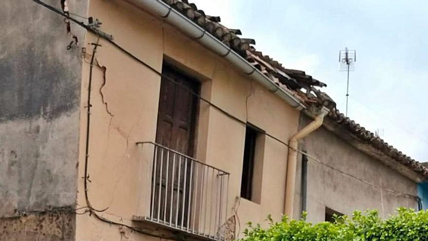 Cierran una calle ante el riesgo de desplome de una  casa en Carcaixent