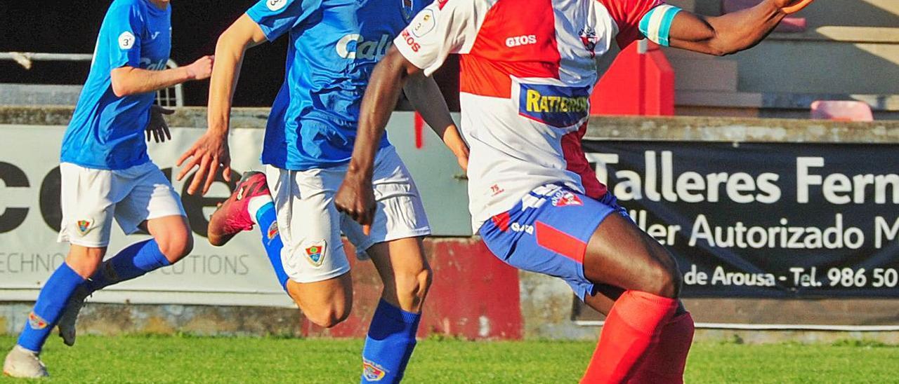 Sidibé es perseguido por Carlos en un lance del encuentro disputado en A Lomba.    // IÑAKI ABELLA