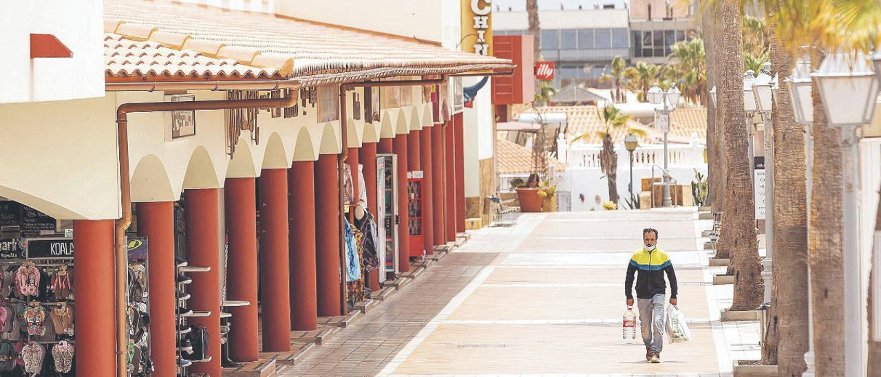 Un ciudadano camina por uno de los centros comerciales más populares de la zona turística de Caleta de Fuste, en el municipio de Antigua.