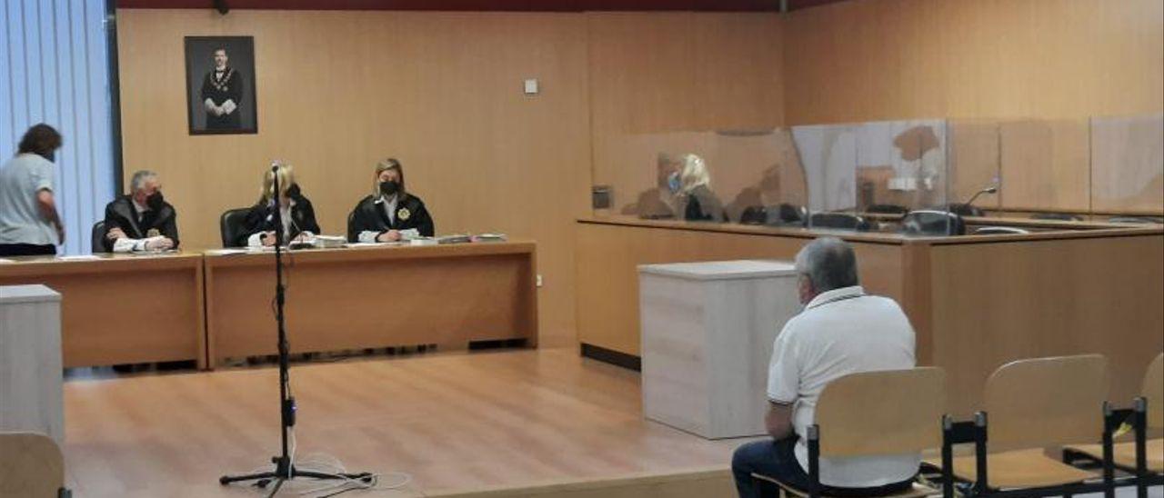 El acusado, en el banquillo, ayer por la mañana en la sección octava de la Audiencia, con sede en Gijón.