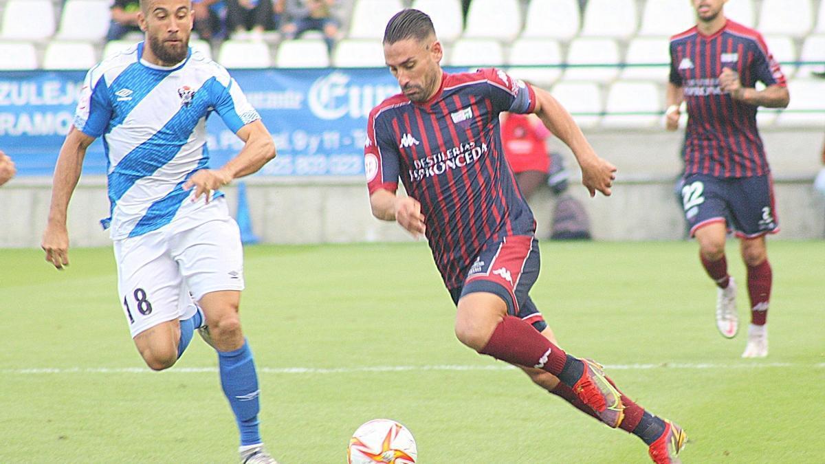 Kike Márquez en acción durante el último partido del Extremadura en Talavera.