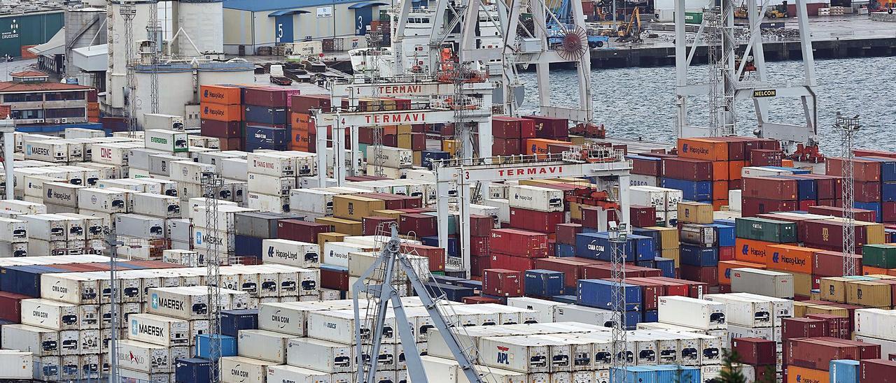Nube de contenedores en el puerto de Vigo
