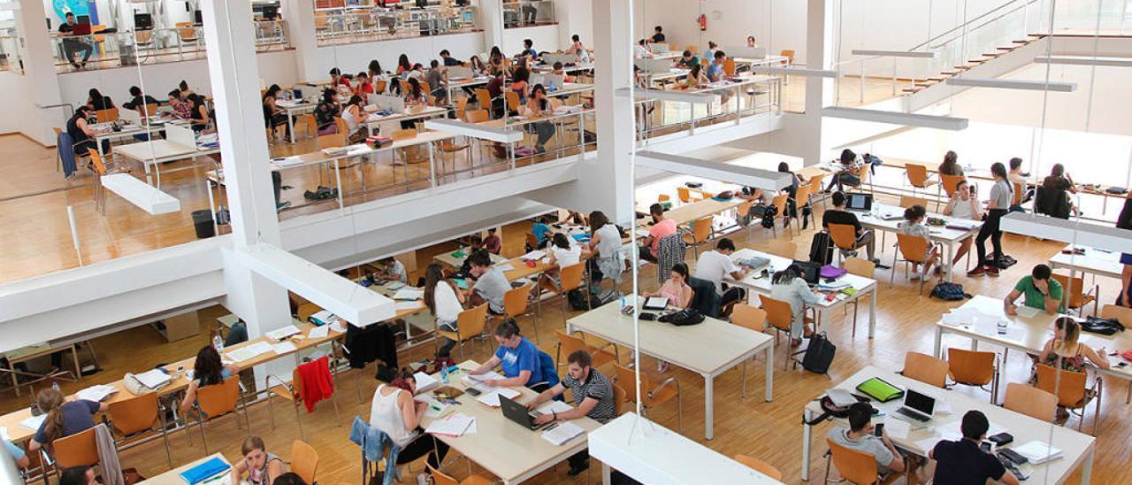 Estudiantes en la biblioteca del campus de Ourense // I. Osorio