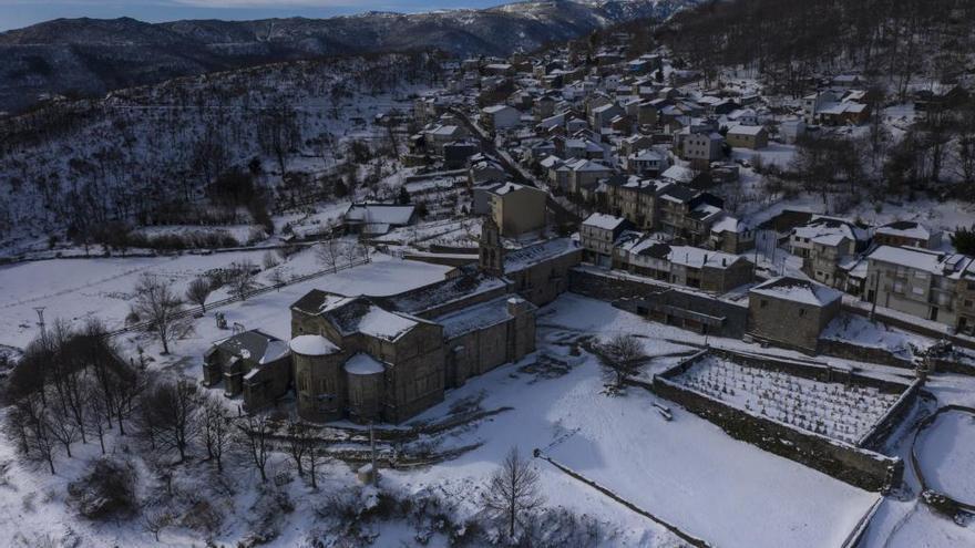 San Martín de Castañeda completamente nevado en una imagen de archivo.