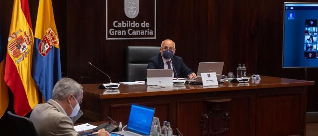 Marco Aurelio Pérez, en primer término, y Antonio Morales, ayer durante el Debate sobre el Estado de la Isla.     DAVID DELFOUR