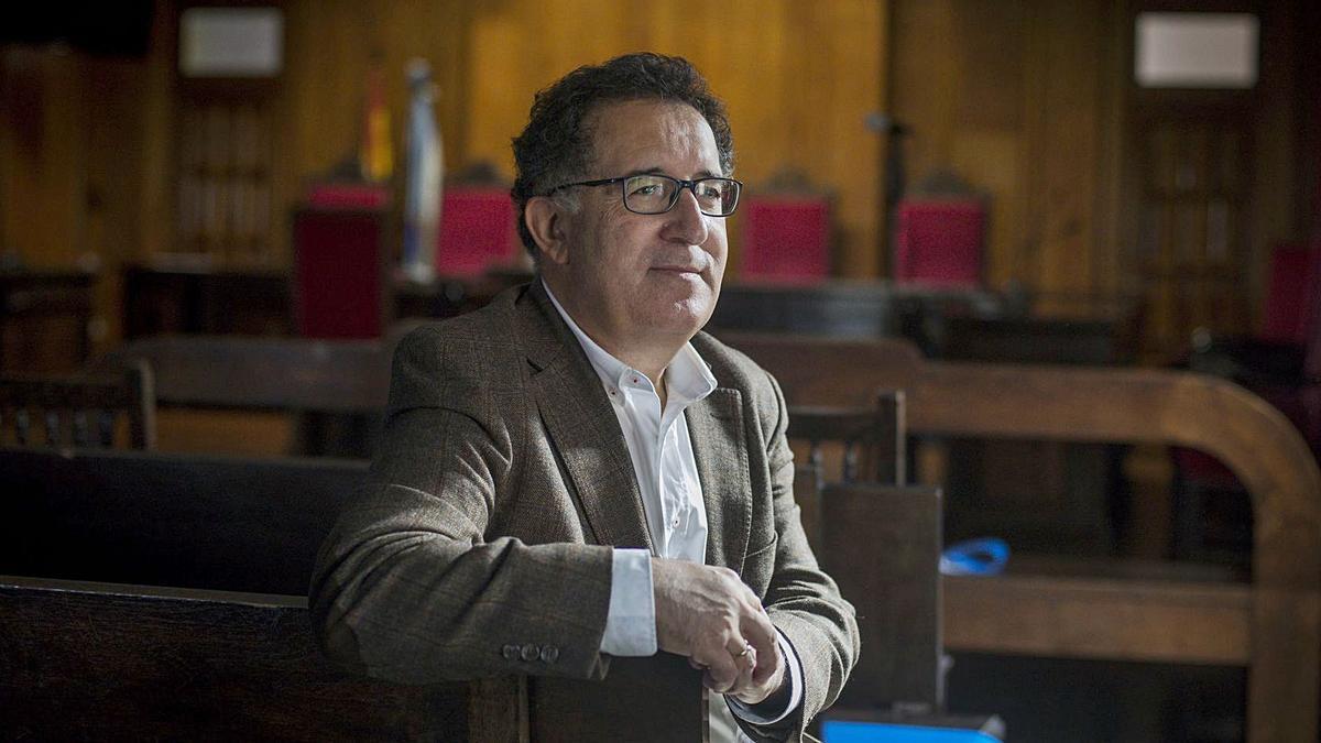 El magistrado Antonio Piña, ayer tras oficializarse su nombramiento, en la sala de vistas de la Audiencia Provincial.   | // BRAIS LORENZO