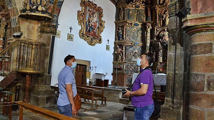 Dos visitantes admiran el interior de la iglesia de Otero.