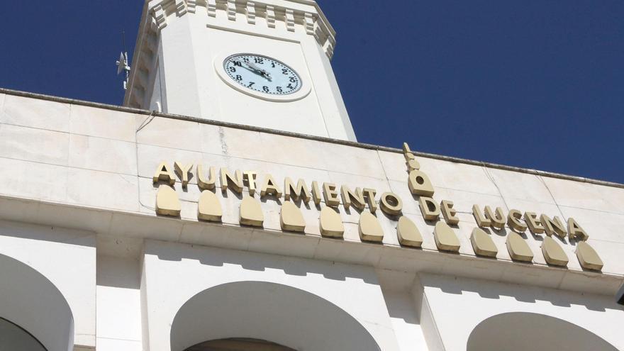 El reloj de la plaza Nueva de Lucena vuelve a funcionar