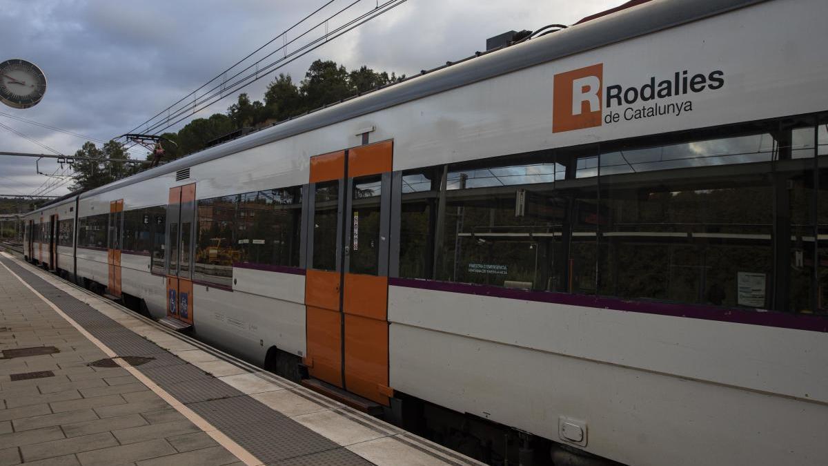 Un tren de Rodalies aturat a Maçanet-Massanes
