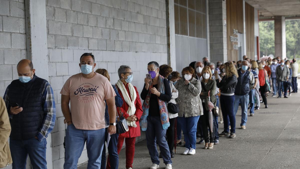 Colas para vacunarse en El Molinón