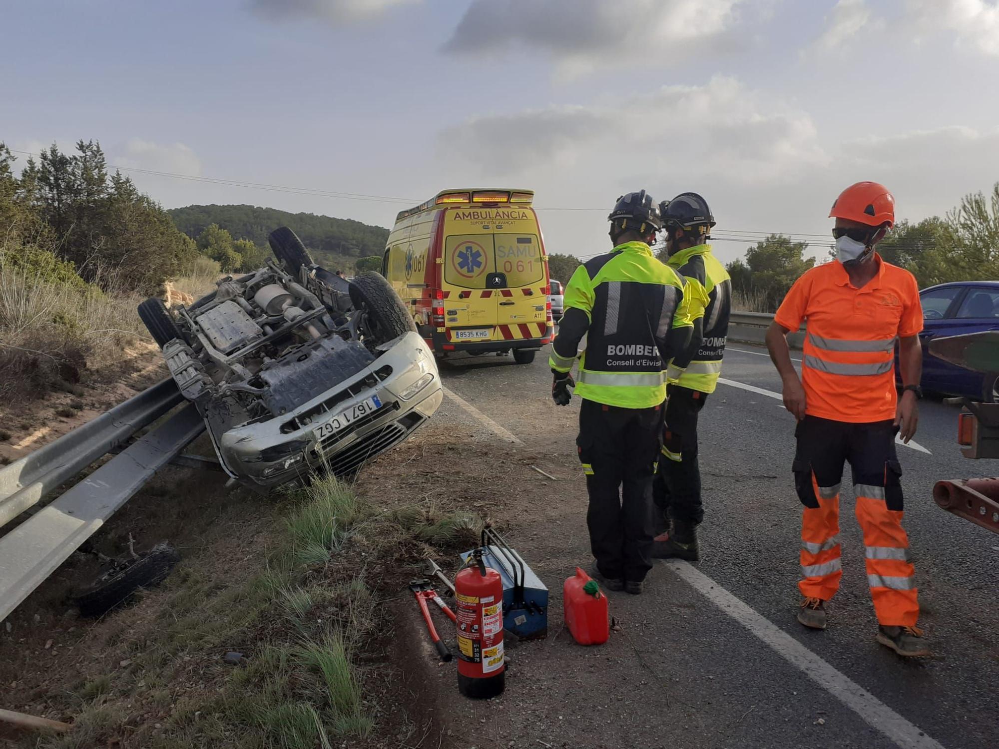 Un herido al volcar su coche en una carretera en Ibiza