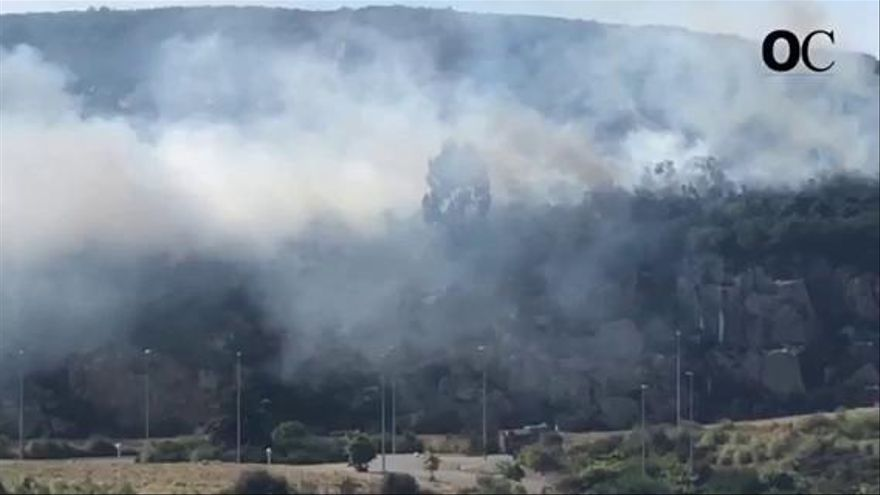 Un incendio calcina una parcela del polígono de Vío