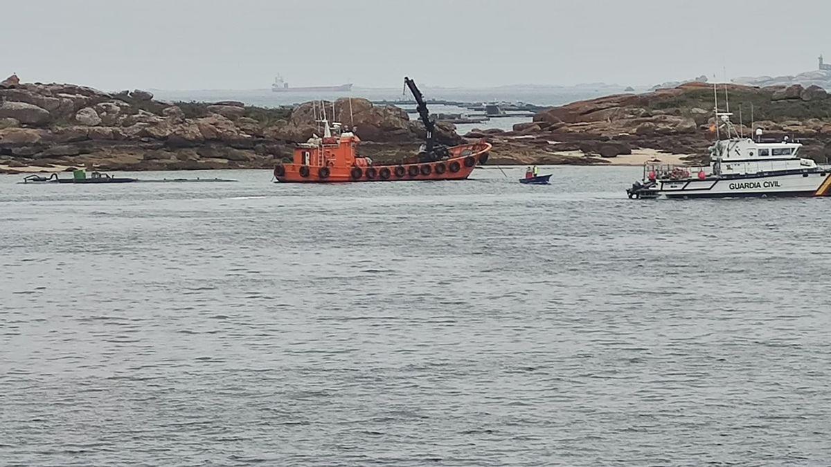 La patrullera de la Guardia Civil junto al narcosubmarino que será empleado en la serie que se grabará en A Illa