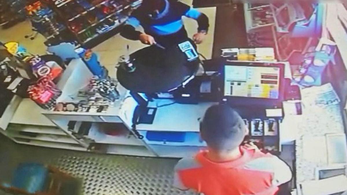 El atracador, armado con un cuchillo, durante uno de los robos en una gasolinera.