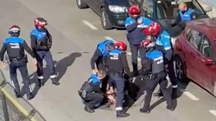 """Increpan a la dueña del piso de Gijón en el que se desahució al hombre del hacha: """"No es mi culpa, llevaba dos años sin pagar la renta"""""""