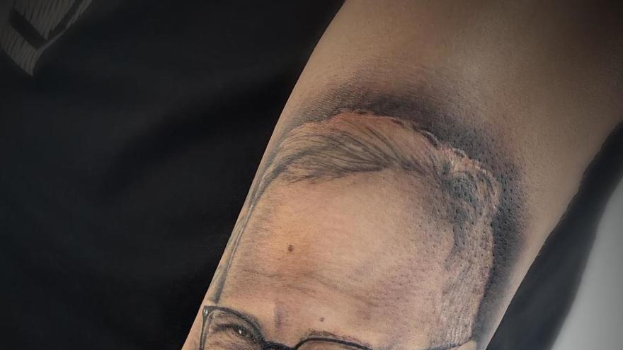 Se tatúa en el brazo al exblanquiazul Álvaro Cervera