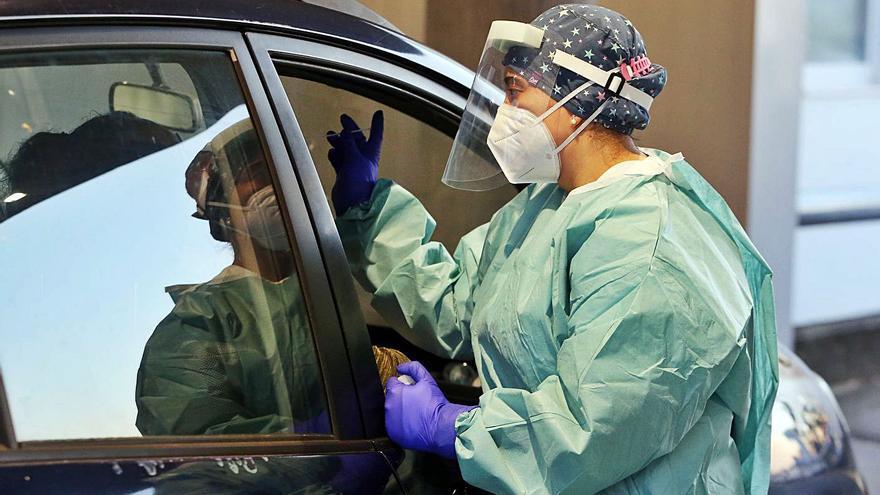 Los nuevos contagios diarios, al alza en Galicia mientras descienden los casos activos