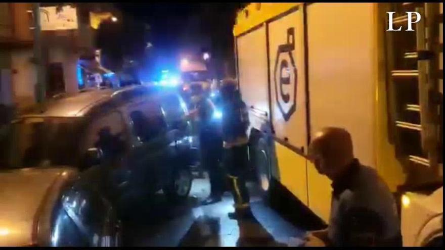 Un coche choca con varios vehículos aparcados en Vecindario
