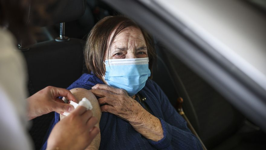 """América González se inmuniza contra el covid en el HUCA a los 102 años: """"No tengo ningún miedo, todos deberíamos vacunarnos"""""""