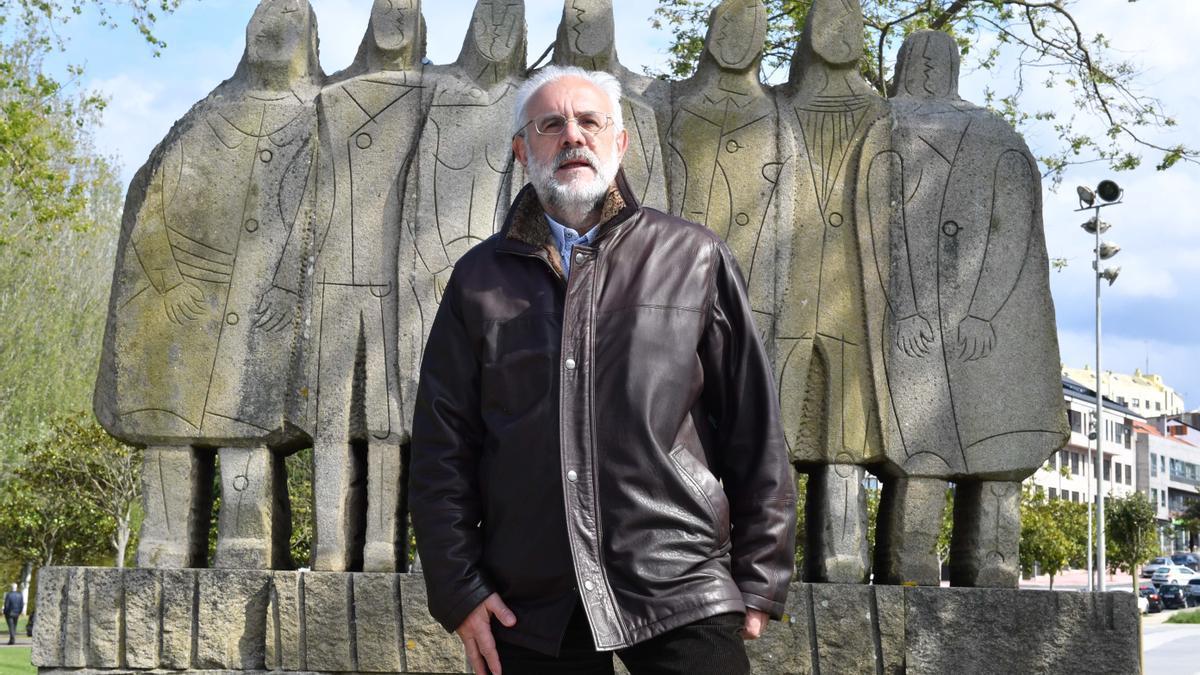 Pepe Carballude ante o monumento aos emigrantes en Santa Cruz