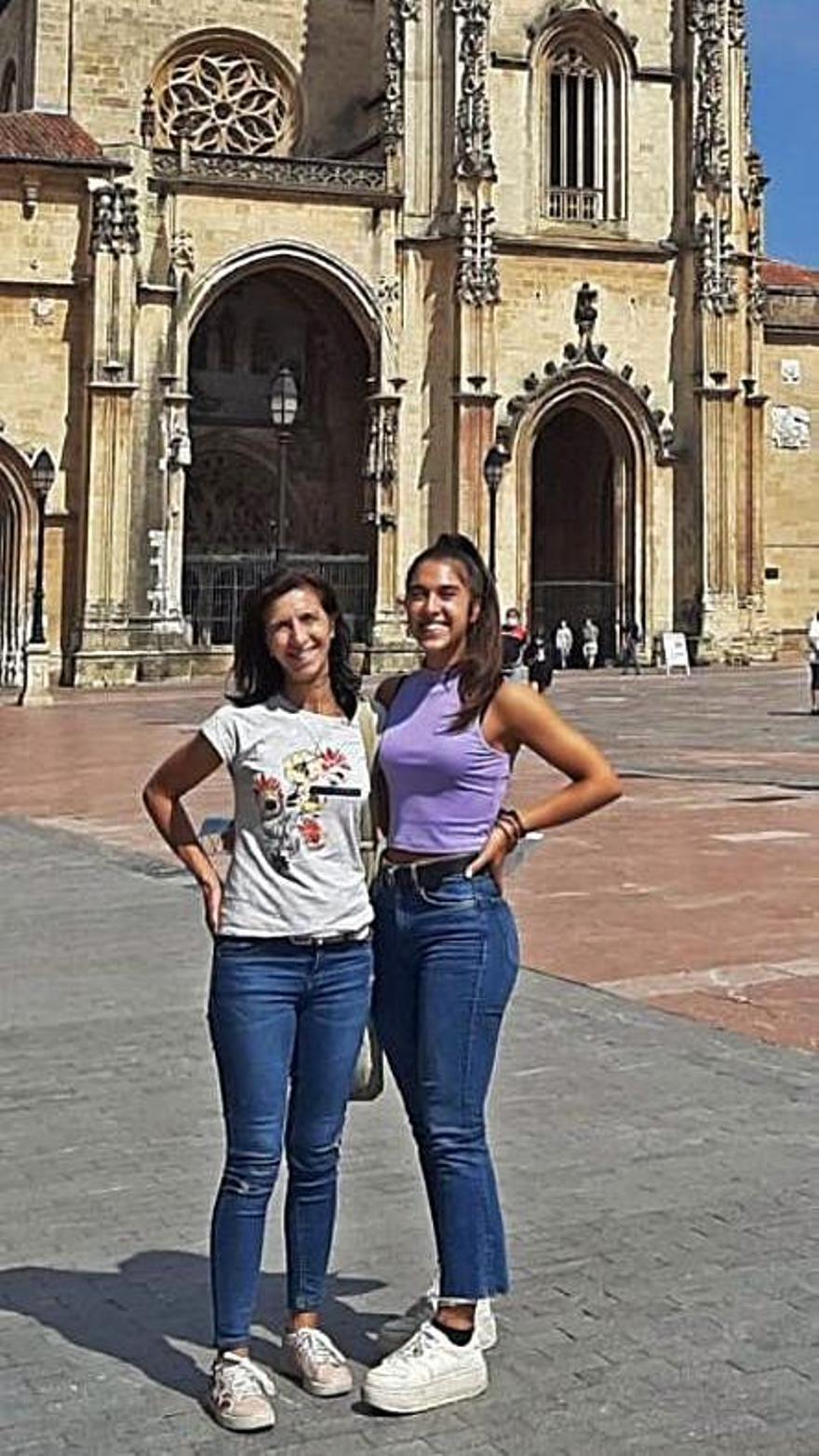 Maica Villarón y Maider Aldunate, madre e hija de Pamplona, ayer,  en la plaza de la Catedral.   N. F.