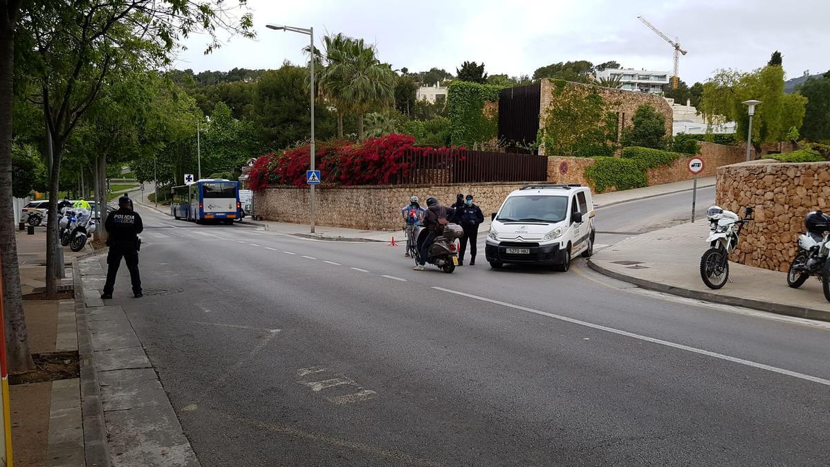 Agentes de la Policía Local de Calvià, durante un control.