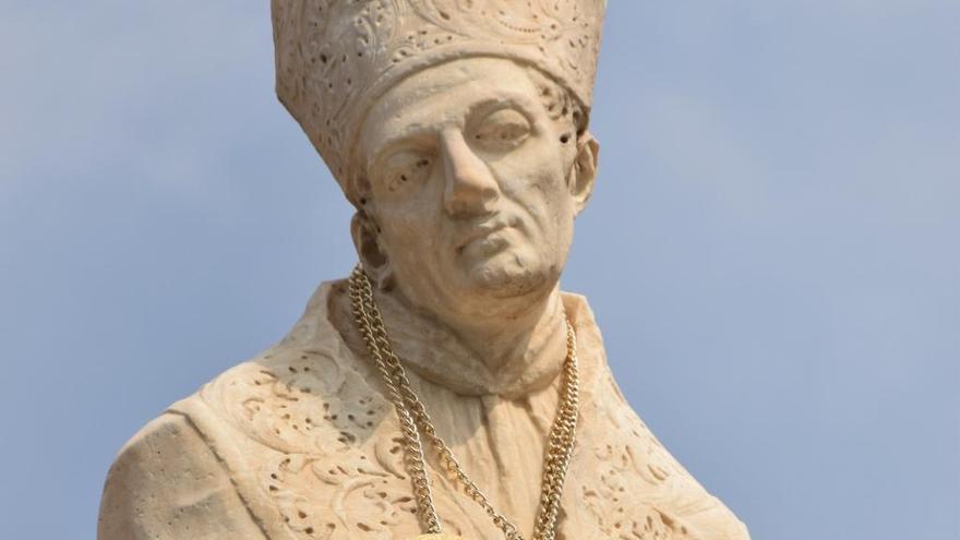 Colocan un collar a una estatua del puente de la Trinidad en València