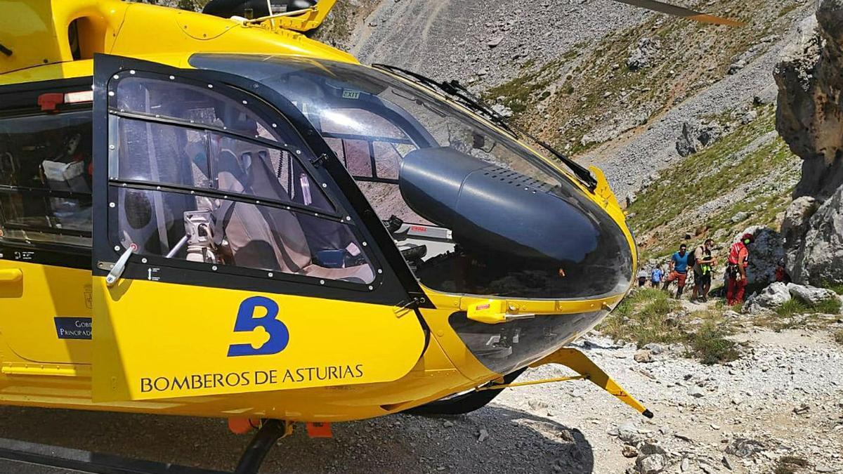 El helicóptero, durante la evacuación de una senderista en la Ruta del Cares.   SEPA