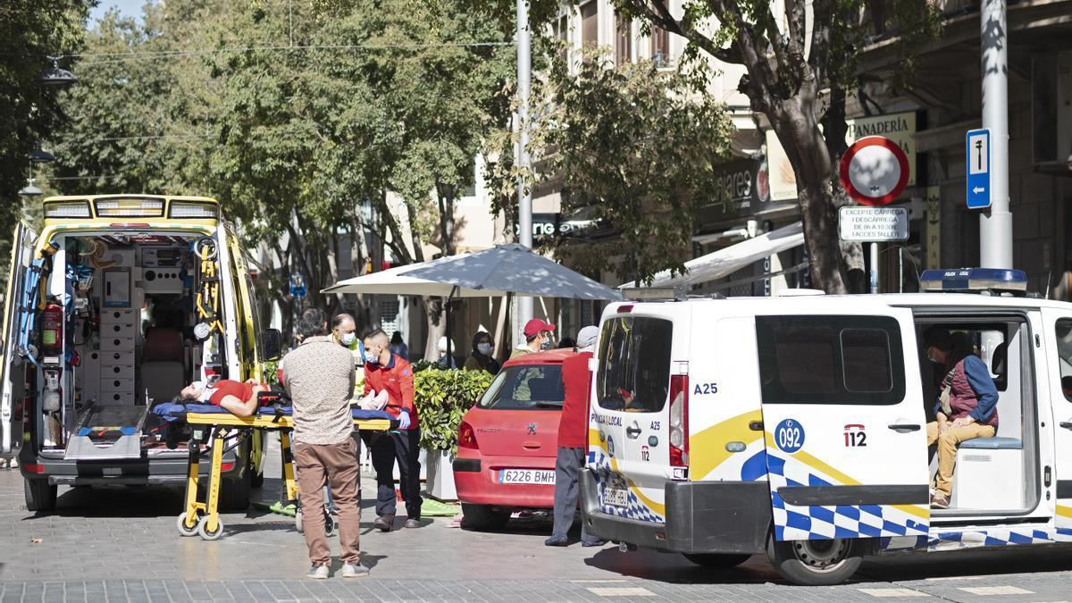 El sospechoso, en el furgón, mientras los sanitarios evacuan a una víctima