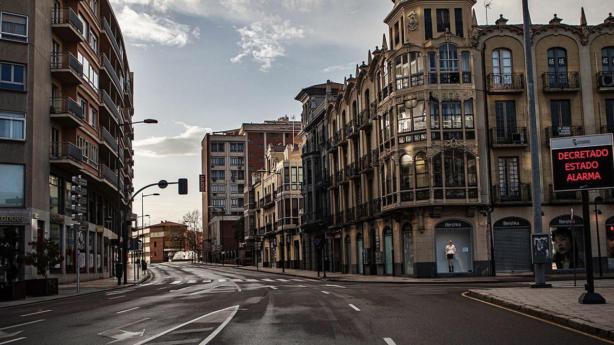 Confluencia de Santa Clara, Alfonso IX, Príncipe de Asturias y avenida de Portugal; una de las zonas más concurridas de Zamora, vacía en primavera. | Emilio Fraile