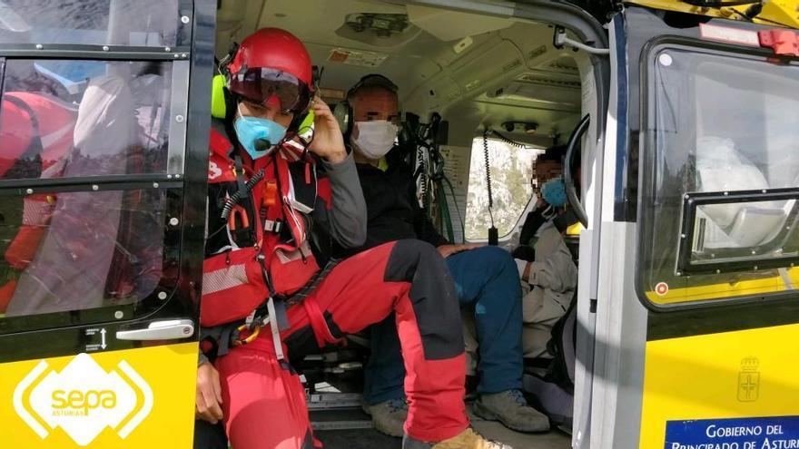 Evacúan en helicóptero a una pareja con gastroenteritis cuando bajaban de Vegarredonda a los Lagos