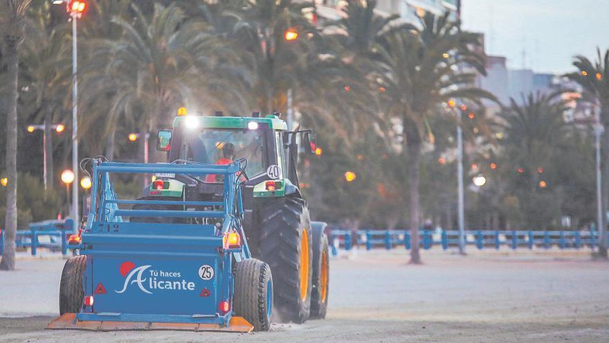 Alicante refuerza la limpieza de sus playas en verano
