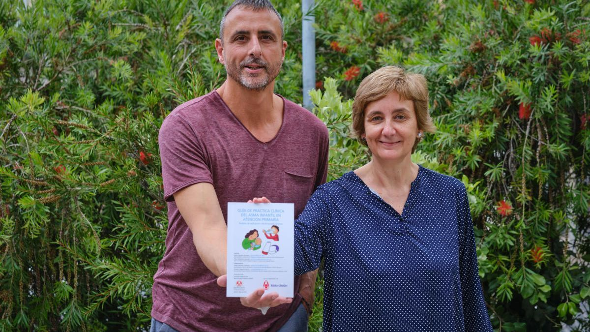 Els doctors Jesús Aguado i Pilar Villalobos, mostrant el llibre.