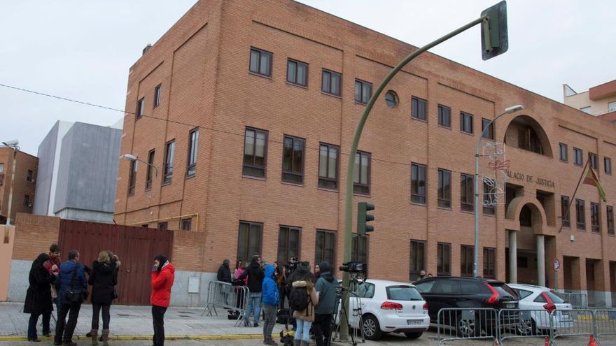 """Varios periodistas aguardan a las puertas del Palacio de Justicia de Aranda de Duero por el caso """"Arandina"""""""